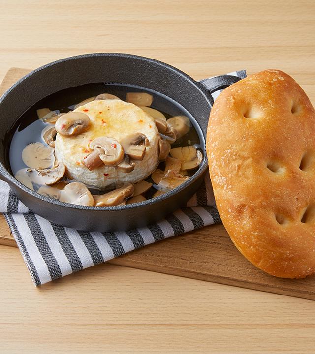 丸ごとカマンベールチーズとマッシュルームのアヒージョ(Bigフォカッチャ付き)